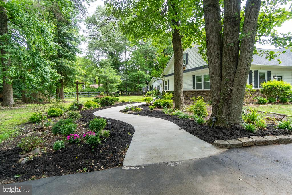 Stunning landscaping! - 134 WALLER POINT DR, STAFFORD