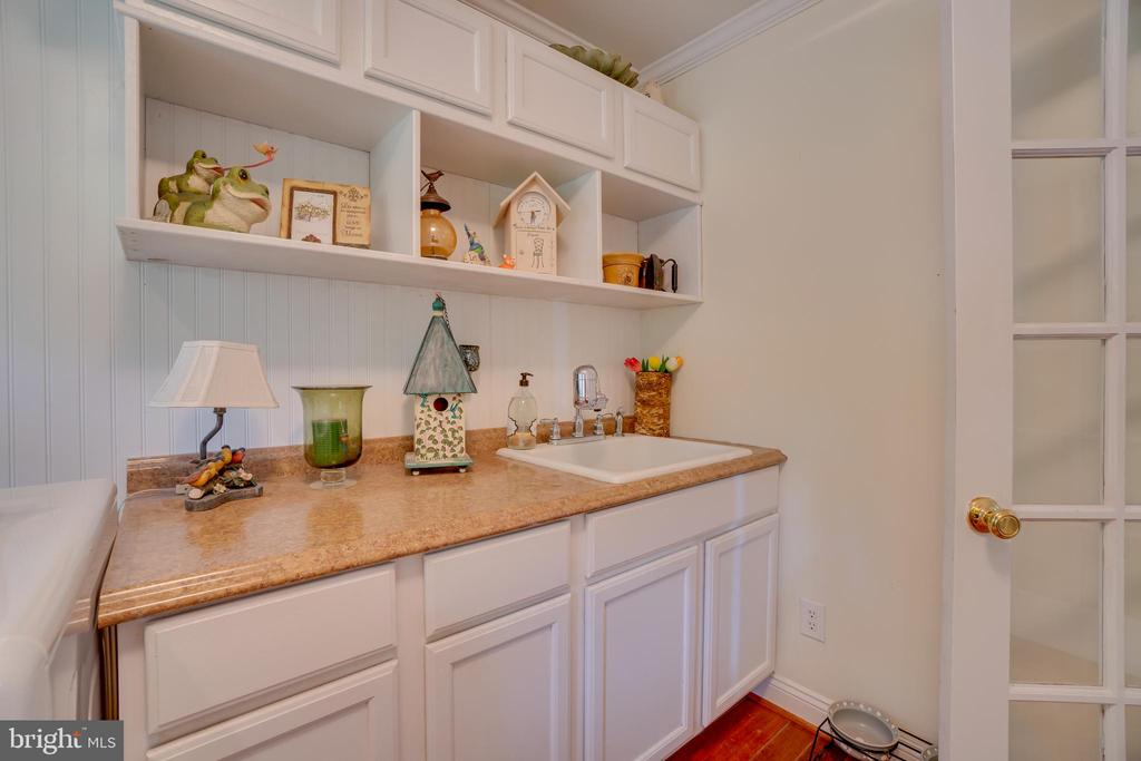 Laundry room!Tons of cabinet space and sink! - 134 WALLER POINT DR, STAFFORD