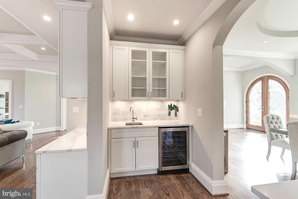 Butler's pantry connects DR & FR - 2015 ARLINGTON RIDGE RD, ARLINGTON