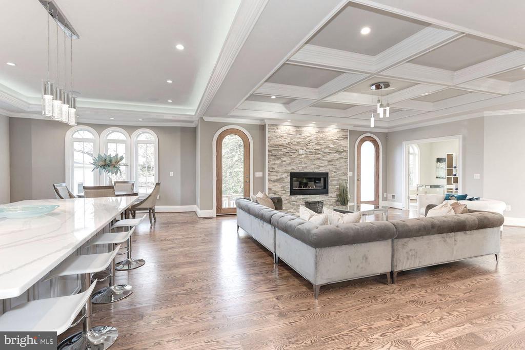 Open casual family spaces - 2015 ARLINGTON RIDGE RD, ARLINGTON