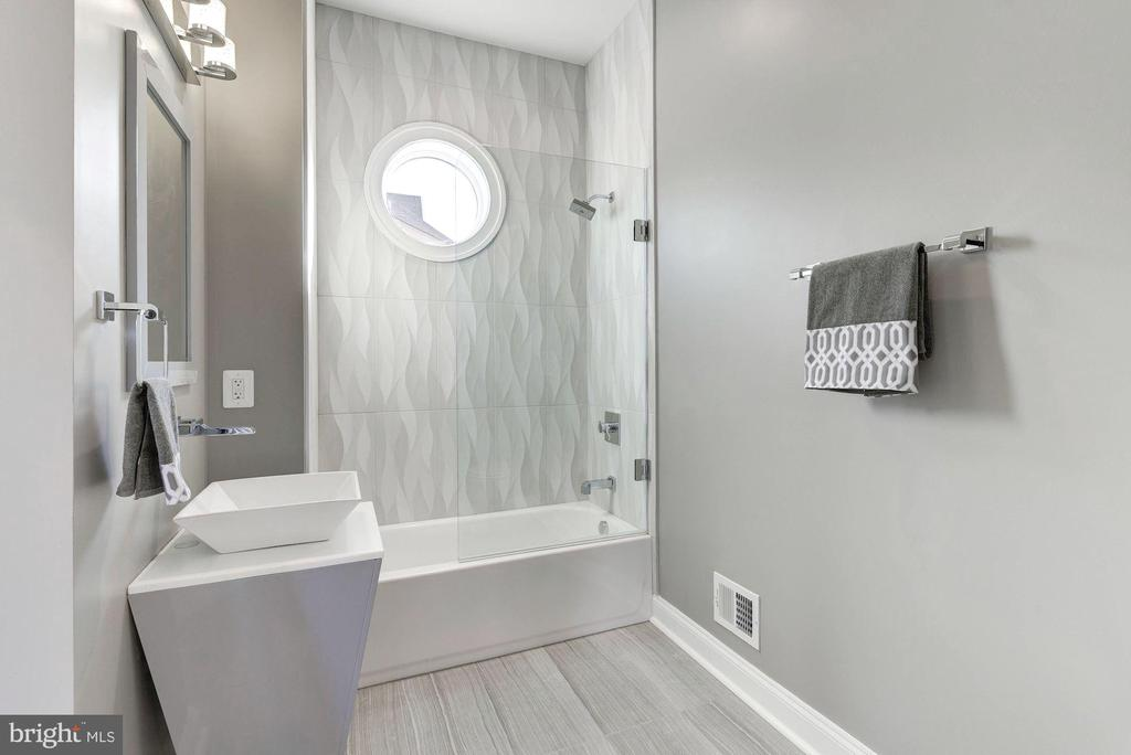 Clean lines and exquisite design. - 2015 ARLINGTON RIDGE RD, ARLINGTON