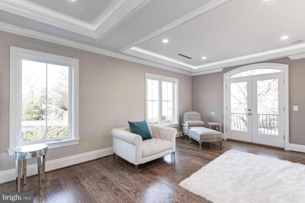Large master sitting room. - 2015 ARLINGTON RIDGE RD, ARLINGTON