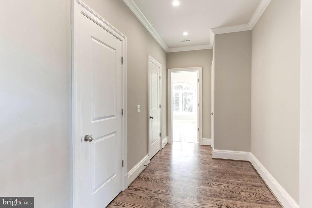 Features enormous walk-ins and hall to MBA. - 2015 ARLINGTON RIDGE RD, ARLINGTON
