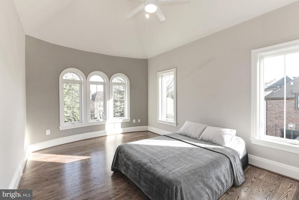 Upper Level bedrooms are large... - 2015 ARLINGTON RIDGE RD, ARLINGTON