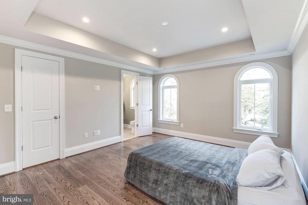 Oak hardwoods throughout all main and upper levels - 2015 ARLINGTON RIDGE RD, ARLINGTON