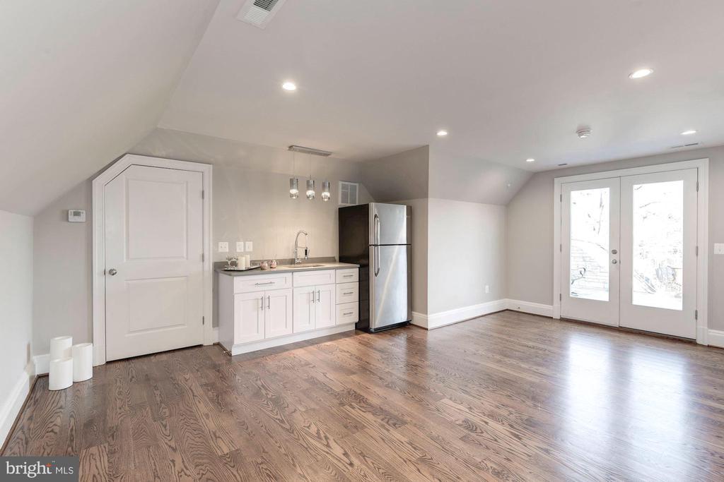 Upper level entertainment suite with roof access. - 2015 ARLINGTON RIDGE RD, ARLINGTON