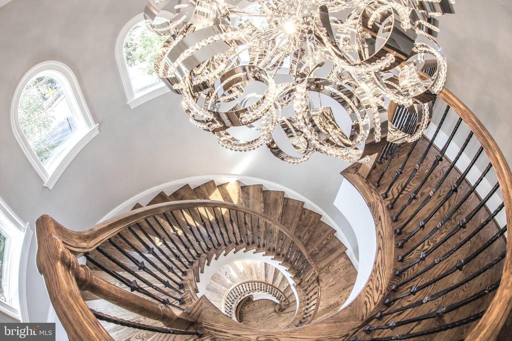 Custom designer lighting and sprawling oak floors. - 2015 ARLINGTON RIDGE RD, ARLINGTON