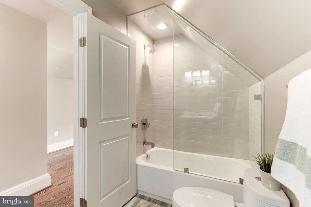 Entertainment suite's full bath w/vaulted ceilings - 2015 ARLINGTON RIDGE RD, ARLINGTON