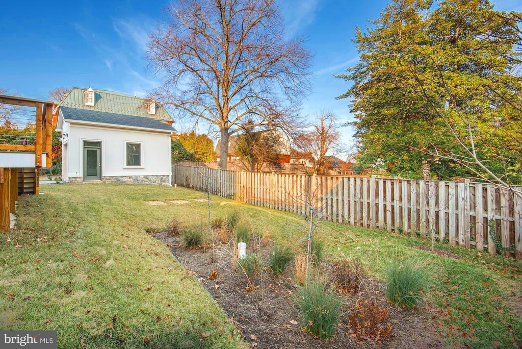 Beautiful fenced backyard with gardening spaces - 2015 ARLINGTON RIDGE RD, ARLINGTON