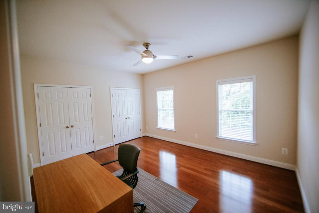 Upper-Level Bedroom 1 - sunny and spacious - 4617 HOLIDAY LN, FAIRFAX