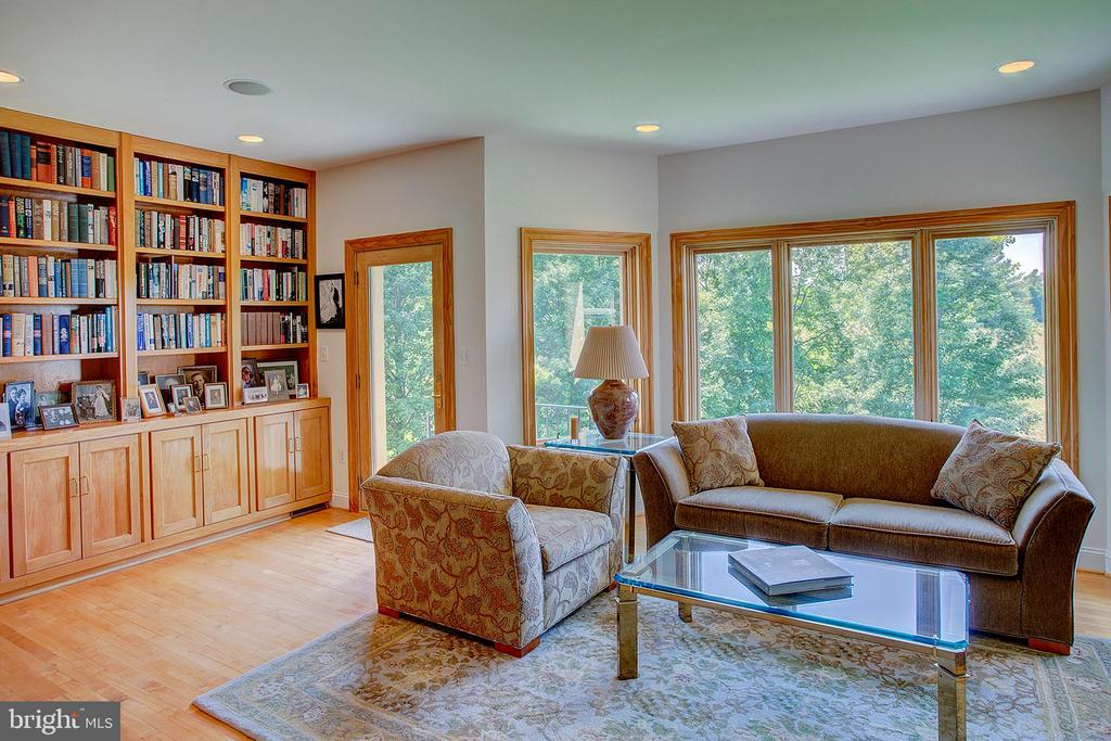 Library has built in shelves - 20781 UNISON RD, ROUND HILL