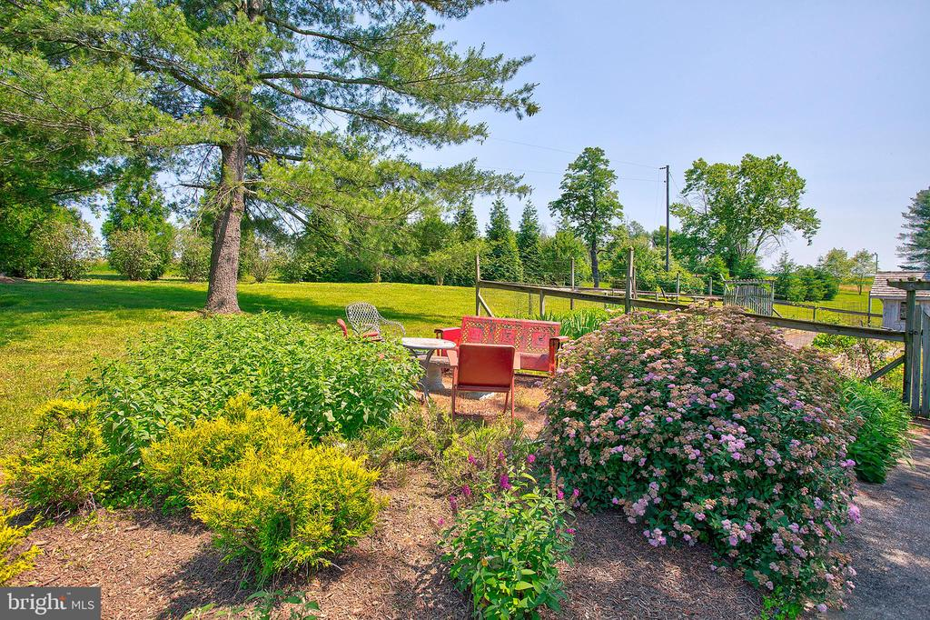 seating by the garden - 20781 UNISON RD, ROUND HILL