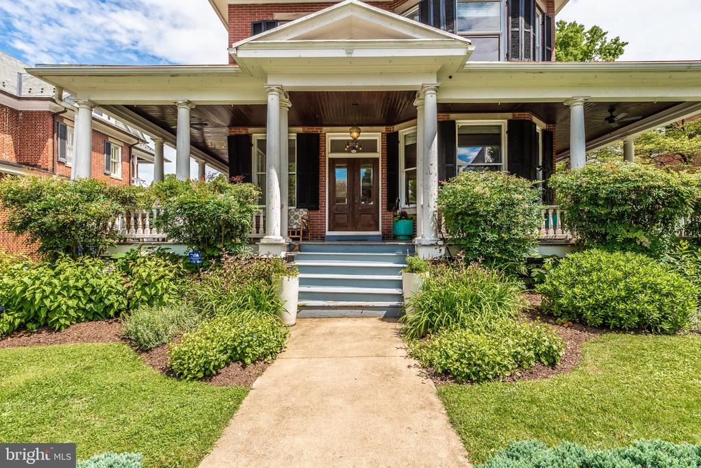 Stately yet so so inviting w/that wrap around! - 203 ROCKWELL TER, FREDERICK