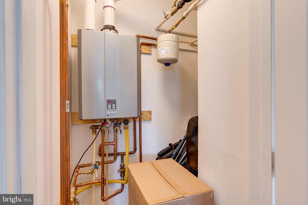 Newer tankless hot water heater - 1485 N VAN DORN ST #A, ALEXANDRIA