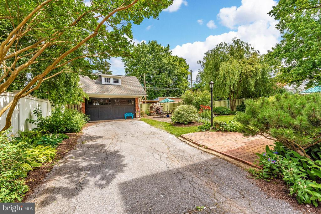 Long driveway leading to carriage house/garage - 203 ROCKWELL TER, FREDERICK