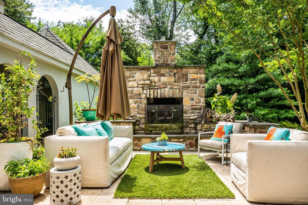 Outdoor firepit with added seating - 909 MADISON ST, FREDERICKSBURG