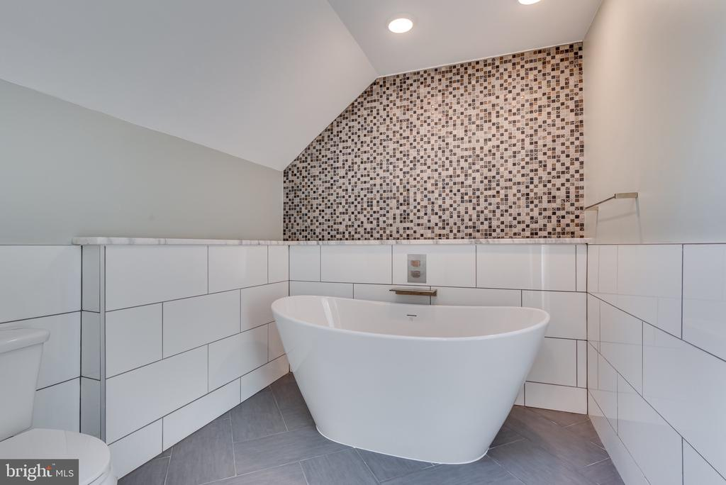 GORGEOUS cultured stone soaking tub in master ba - 16332 HAMPTON RD, HAMILTON