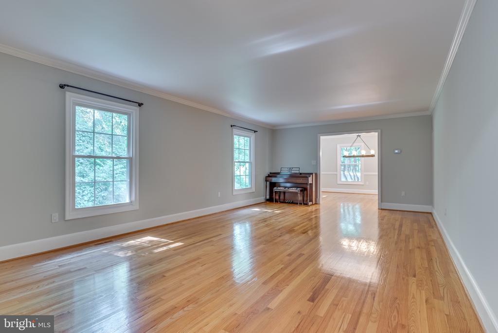 Large living room flows to dining room - 16332 HAMPTON RD, HAMILTON