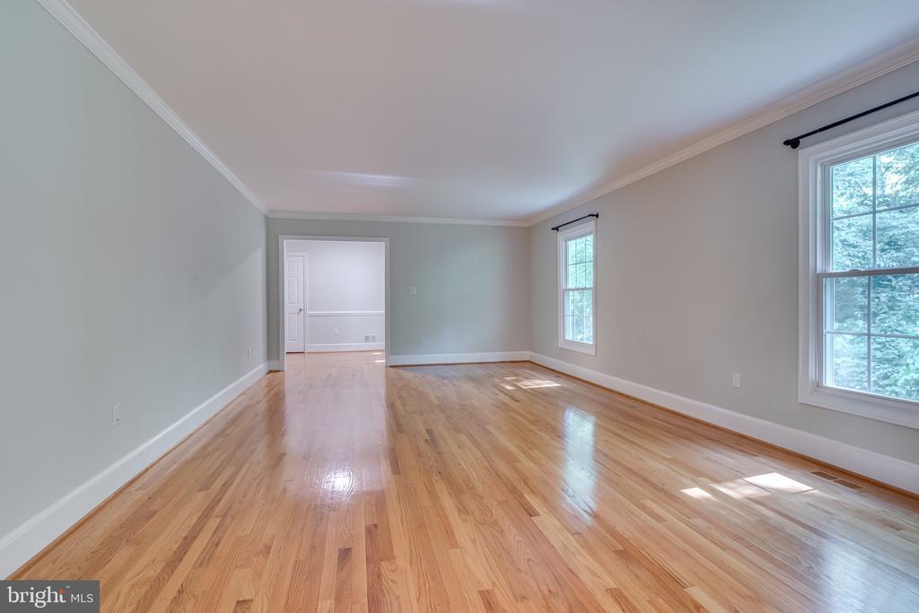 Living room is great for entertaining - 16332 HAMPTON RD, HAMILTON