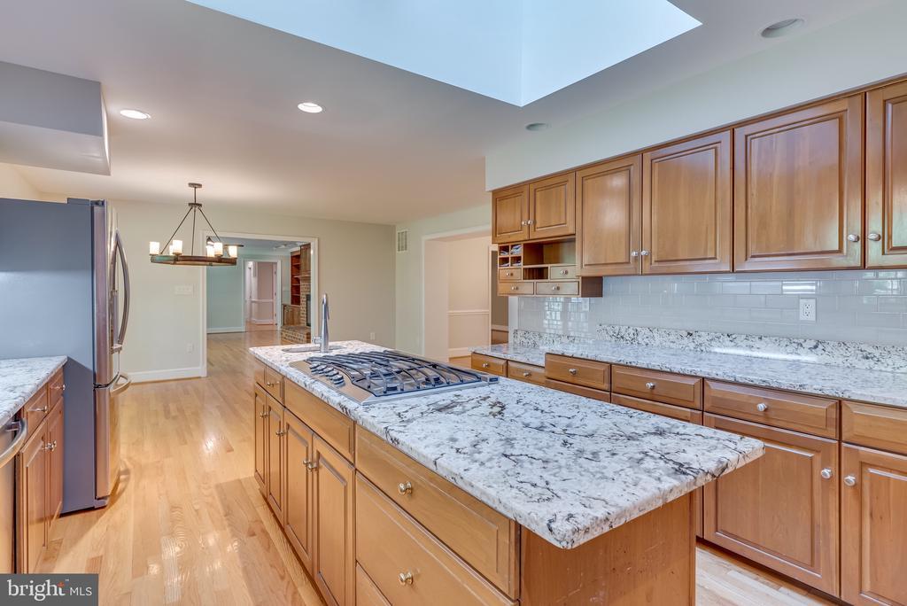 Chefs kitchen with gleaming granite ad subway tile - 16332 HAMPTON RD, HAMILTON