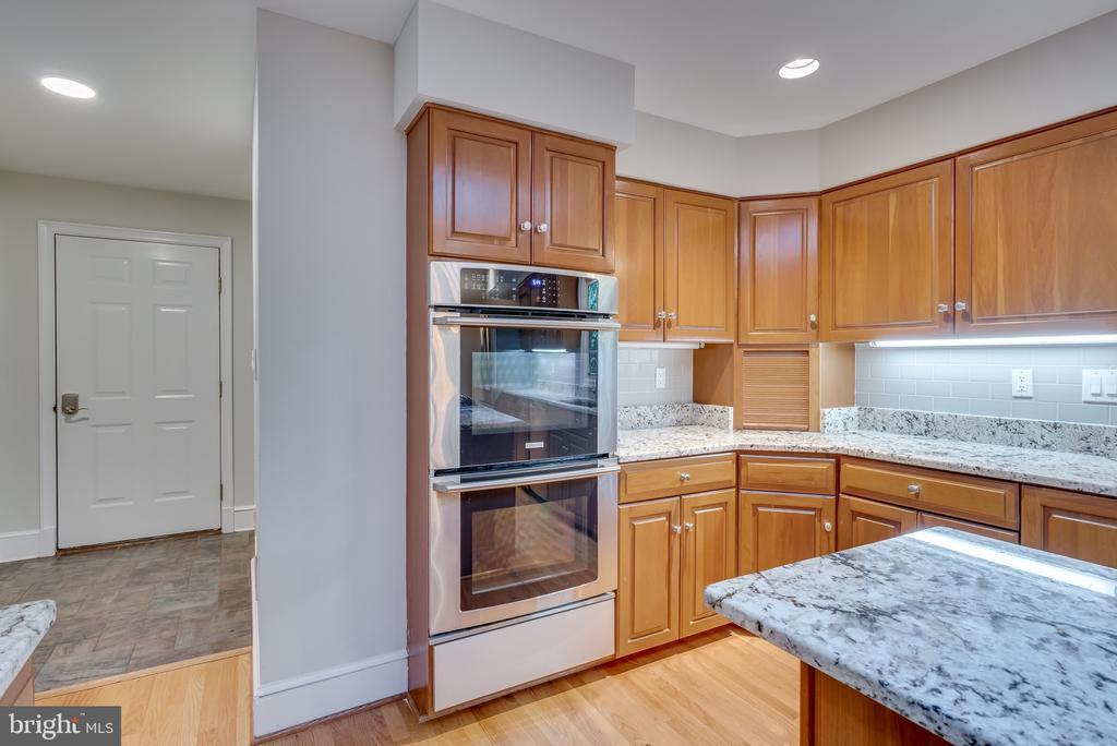 Double oven and mud room area beyond - 16332 HAMPTON RD, HAMILTON
