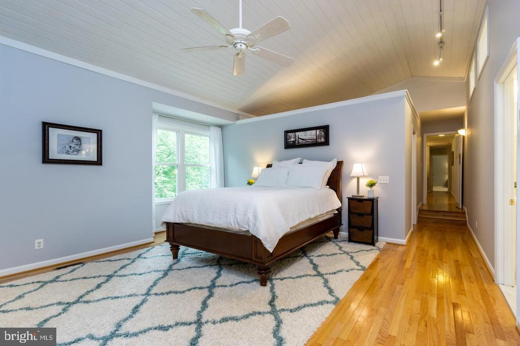 Stunning master bedroom addition over 3 car garage - 5912 ONE PENNY DR, FAIRFAX STATION