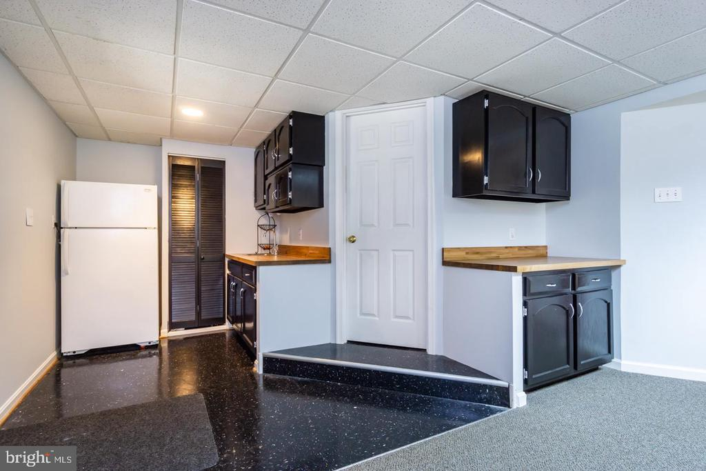 Wet bar + bath perfectly located for pool parties! - 5912 ONE PENNY DR, FAIRFAX STATION