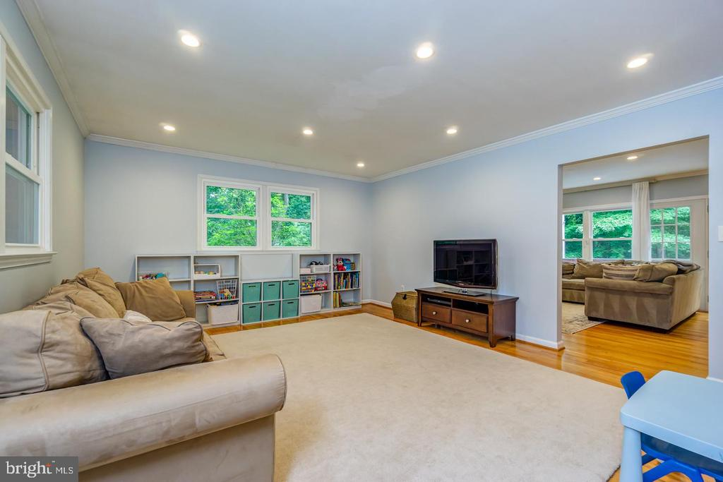 Generously sized and flows into the family room - 5912 ONE PENNY DR, FAIRFAX STATION
