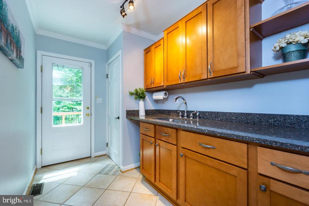 Wet bar off kitchen w/ 2nd exit to deck - 5912 ONE PENNY DR, FAIRFAX STATION