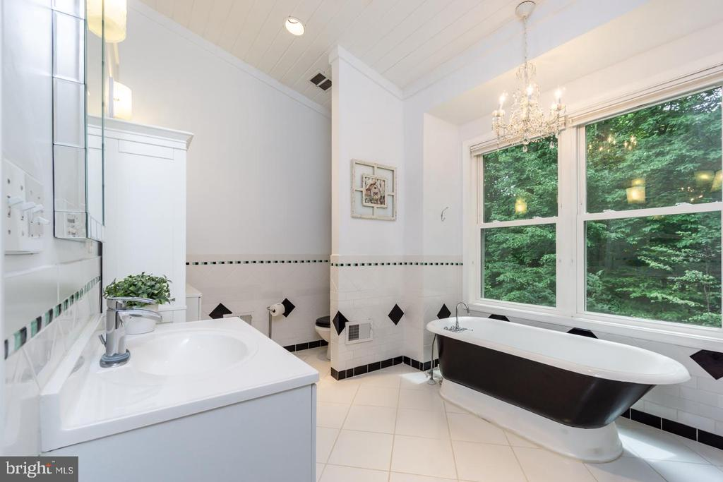 Spacious master bath overlooking backyard - 5912 ONE PENNY DR, FAIRFAX STATION