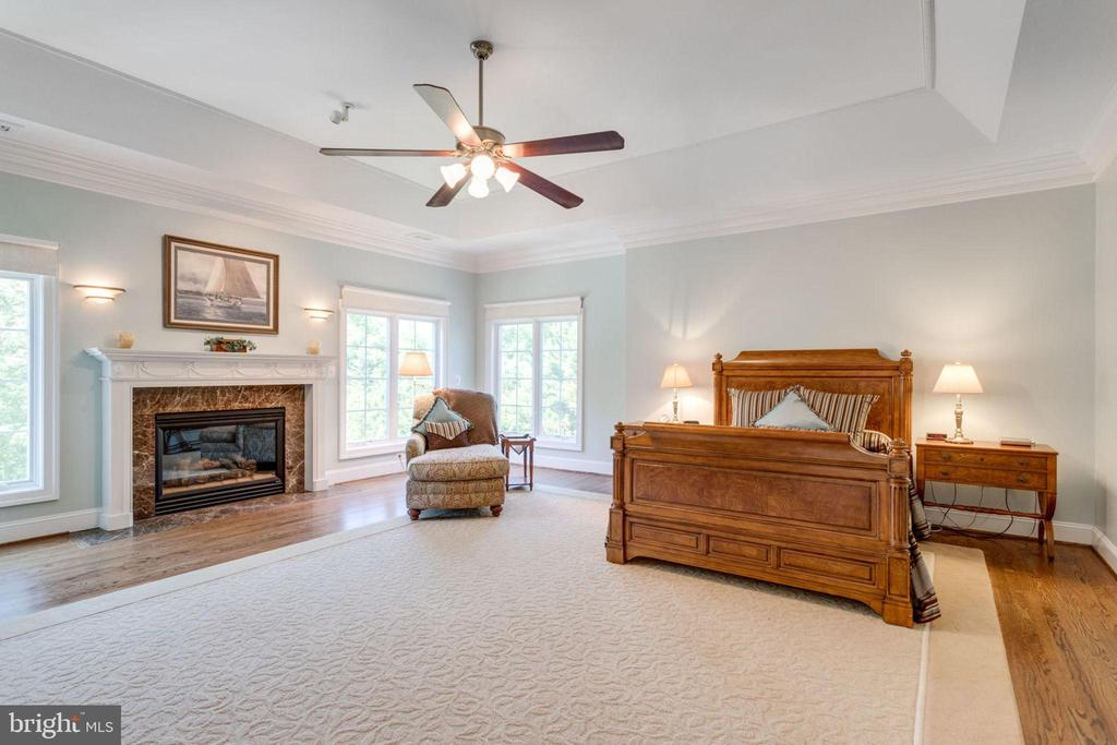 GRAND MASTER BEDROOM WITH FIREPLACE - 1030 HARVEY RD, MCLEAN