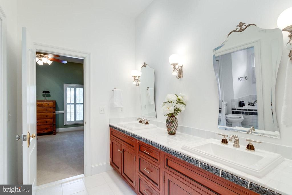 JACK AND JILL BATH W/SHOWER AND SEPARATE TUB - 1030 HARVEY RD, MCLEAN