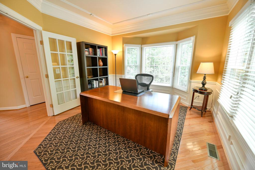Main level corner office - 21470 BASIL CT, BROADLANDS