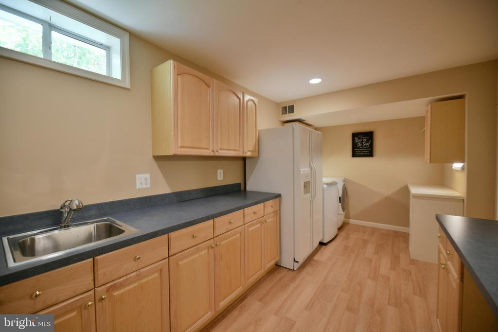 Lower level kitchenette area - 21470 BASIL CT, BROADLANDS