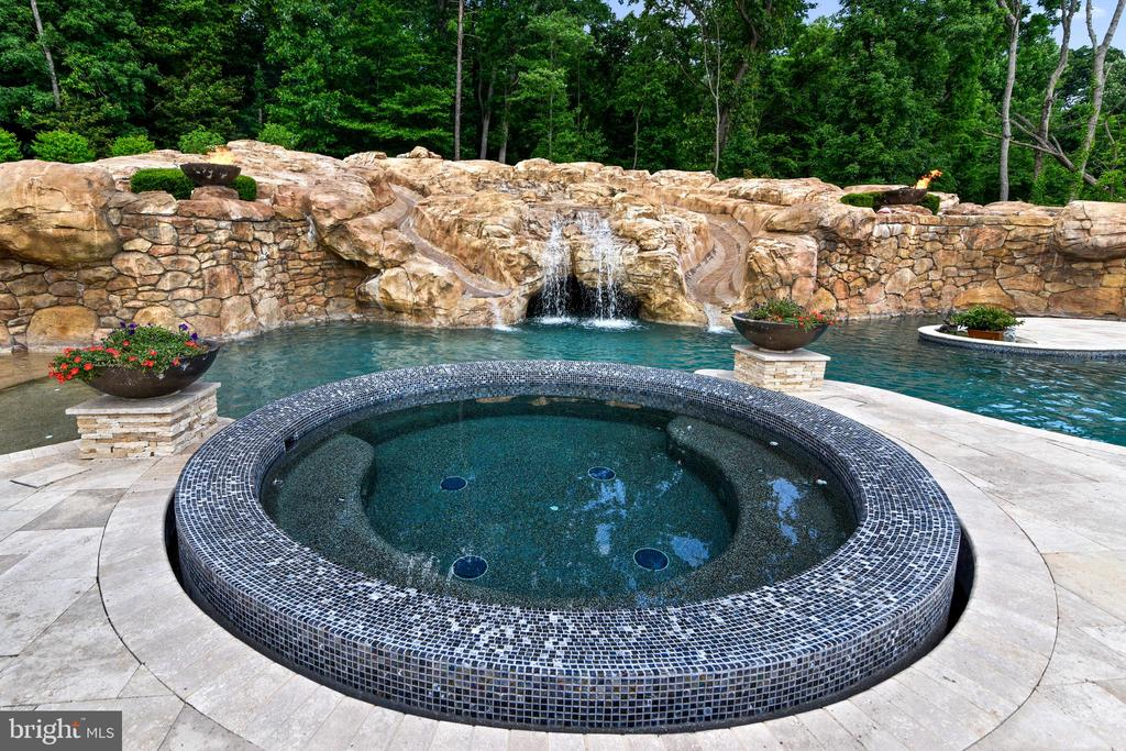 Hot tub - 14416 LOYALTY RD, LEESBURG