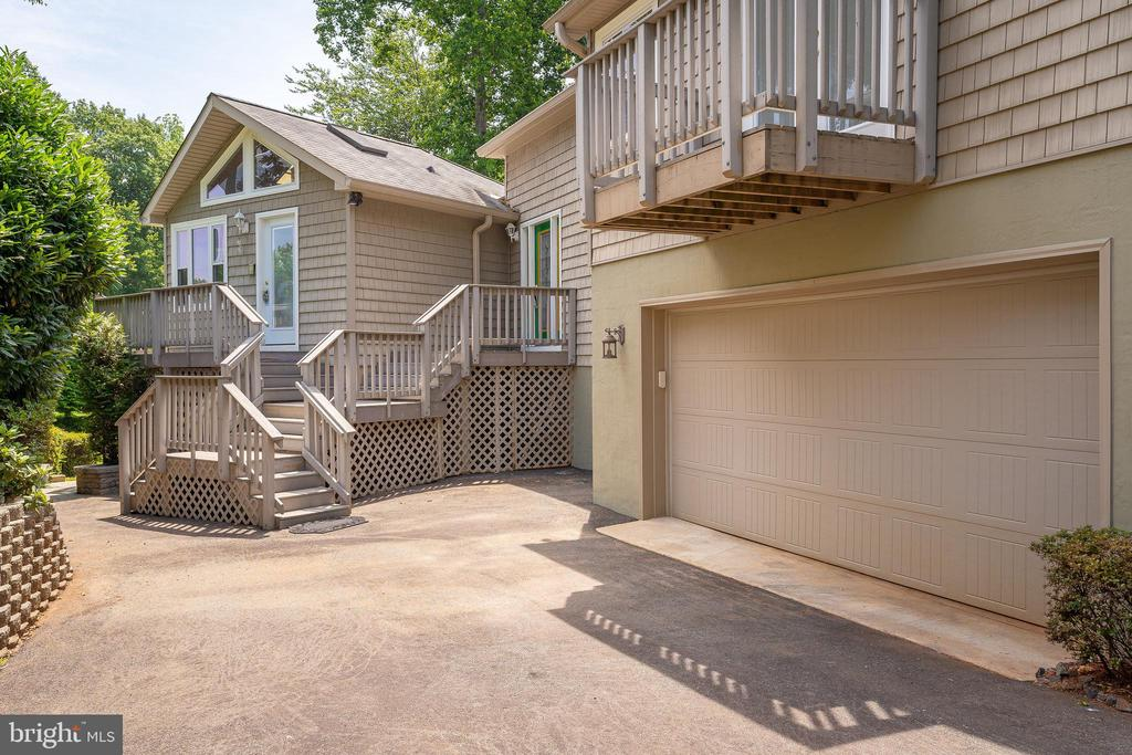 MAIN ENTRYWAY & BALCONY OFF THE OWNER'S SUITE - 100 HARBOURVIEW DR, LOCUST GROVE
