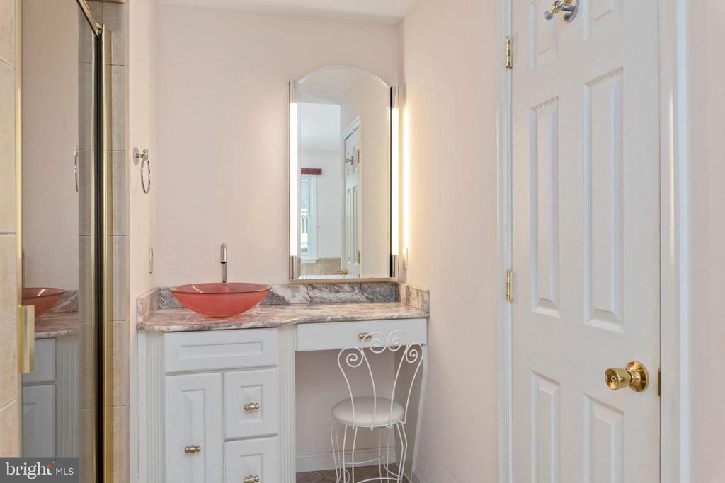 OWNER'S BATH WITH WATER CLOSET AND SEPARATE SHOWER - 100 HARBOURVIEW DR, LOCUST GROVE