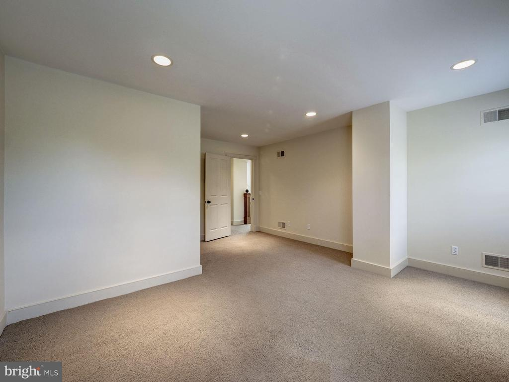 Third level bedroom (#4) with adjoining full bath - 4412 WALSH ST, CHEVY CHASE