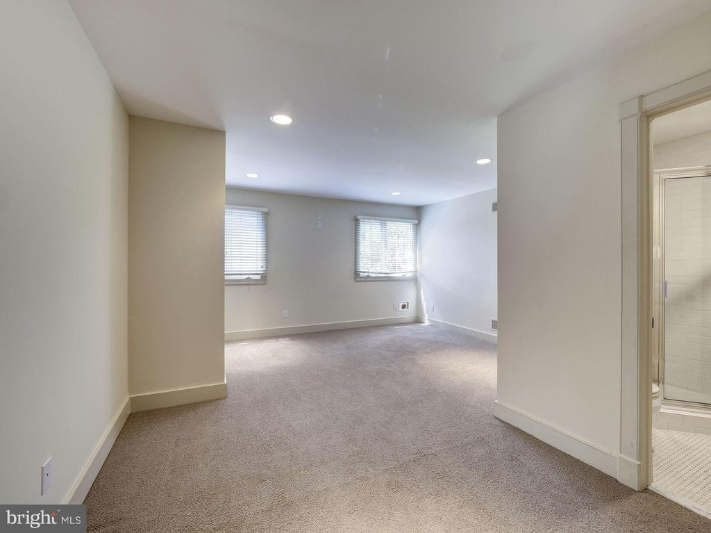 Third level bedroom with adjoining full bath - 4412 WALSH ST, CHEVY CHASE