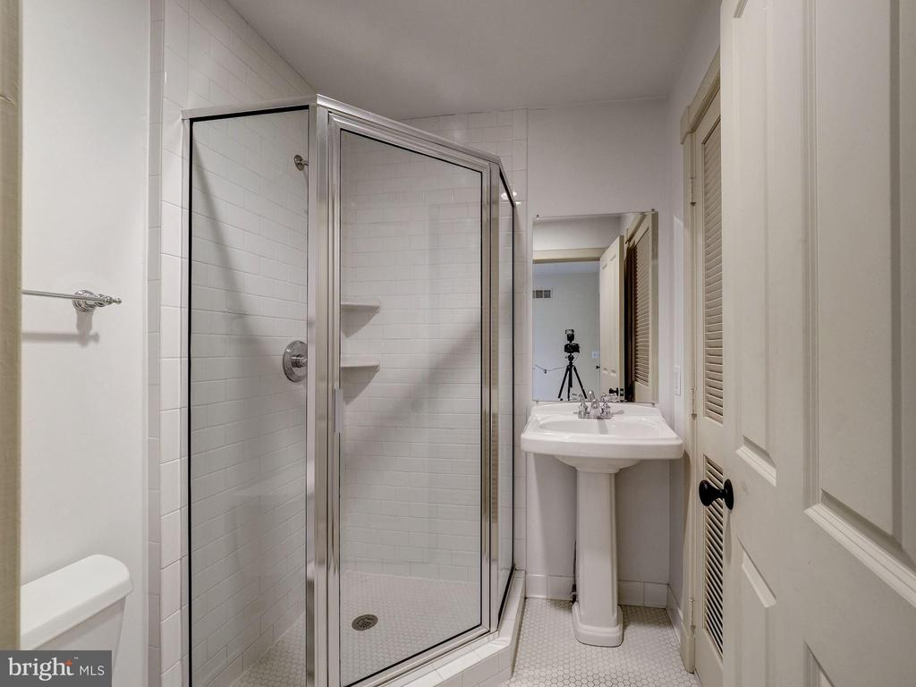 Third level full bathroom - 4412 WALSH ST, CHEVY CHASE