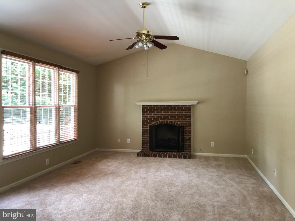 Family Room with gas fireplace - 16639 CAXTON PL, DUMFRIES