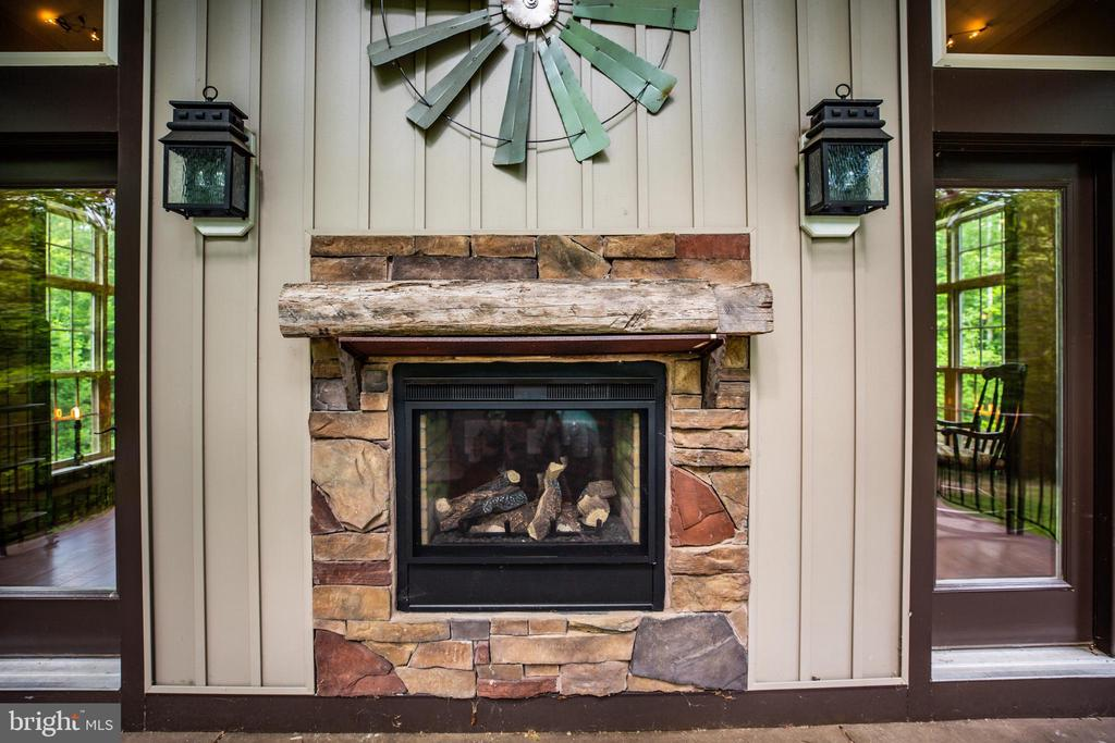 2 sided gas fireplace! - 36 BETHANY WAY, FREDERICKSBURG