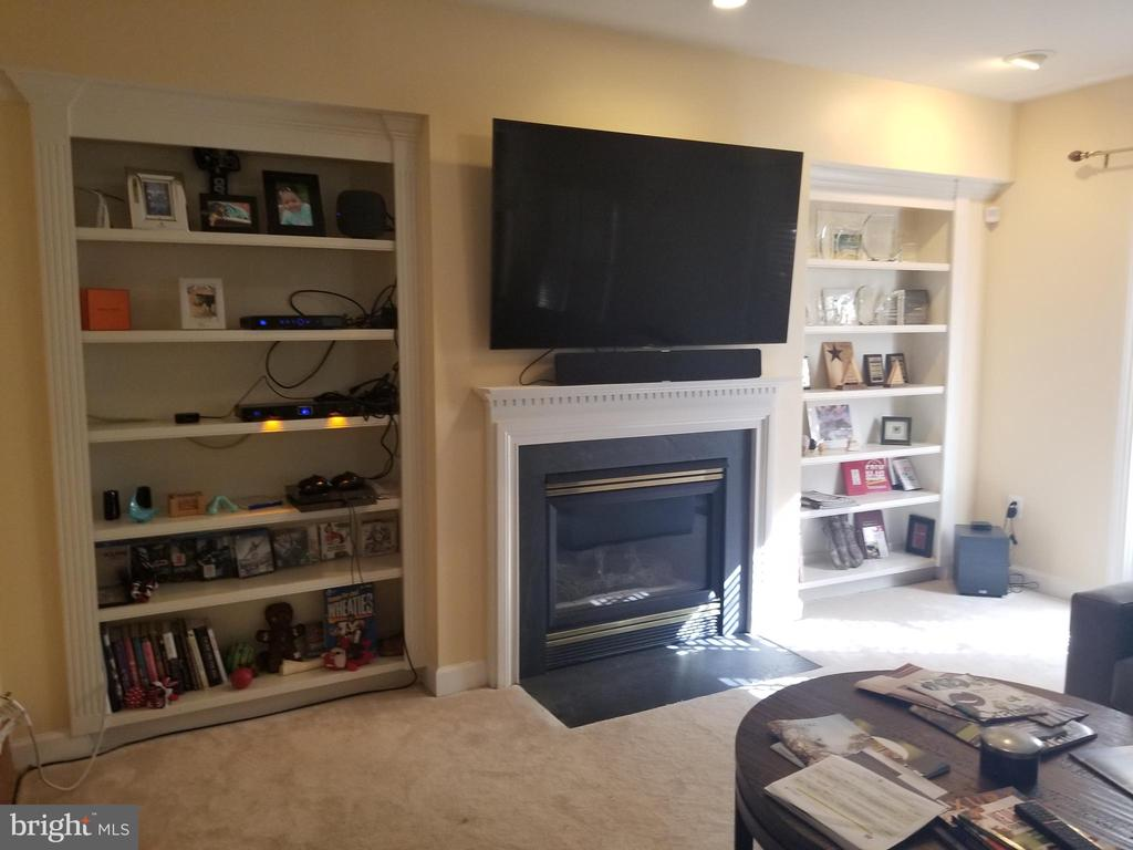 Lower level family room with built-in bookshelves. - 1850 BRENTHILL WAY, VIENNA