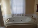 Jetted sunken tub in master bath & separate shower - 1850 BRENTHILL WAY, VIENNA