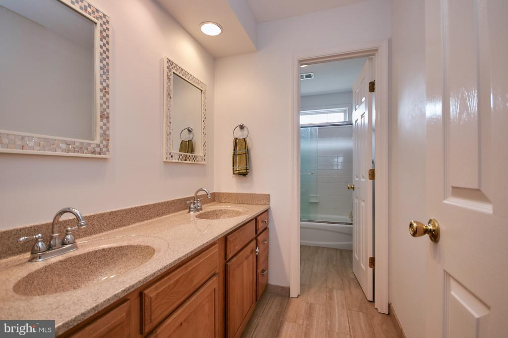 Upper Level 2nd Bath with Two Sinks - 19187 SWAN CT, PURCELLVILLE