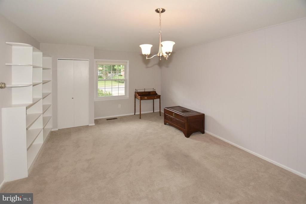 Family Room with built in book shelves - 8233 MCNEIL ST, VIENNA
