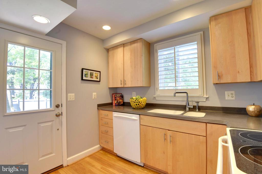Wonderful Kitchen with Access to Exterior - 398 N EDISON ST, ARLINGTON