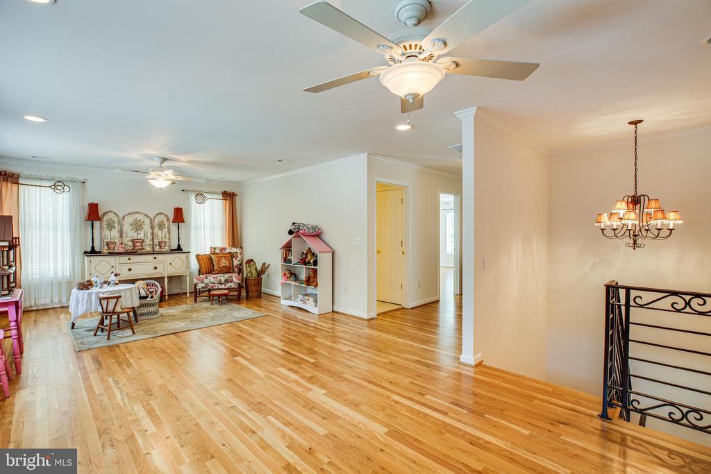 Separate living on upper level for guests - 13304 BROOKCREST CT, FREDERICKSBURG