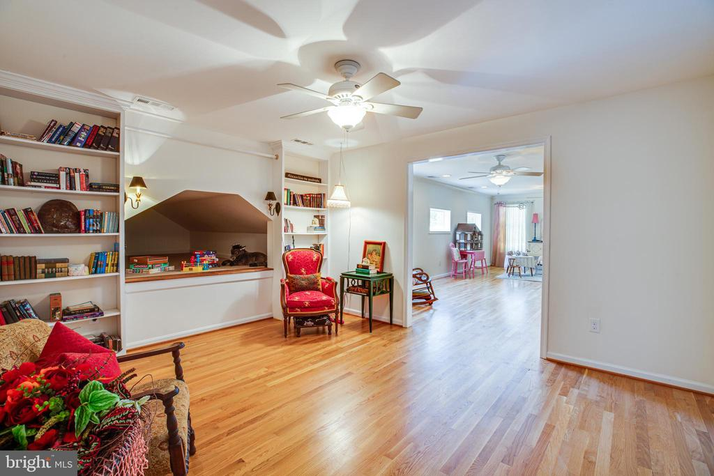 Quiet reading room with play area upper level - 13304 BROOKCREST CT, FREDERICKSBURG