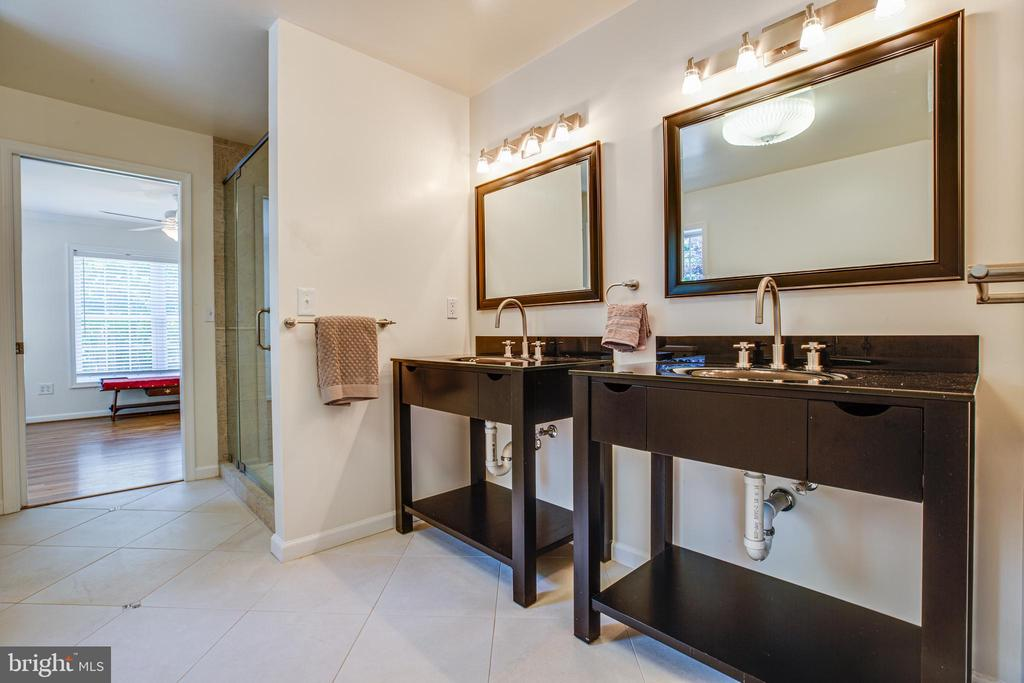 His & hers cabinet sinks - 13304 BROOKCREST CT, FREDERICKSBURG